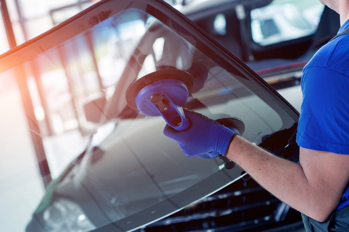Automobile,Special,Workers,Replacing,Windscreen,Or,Windshield,Of,A,Car
